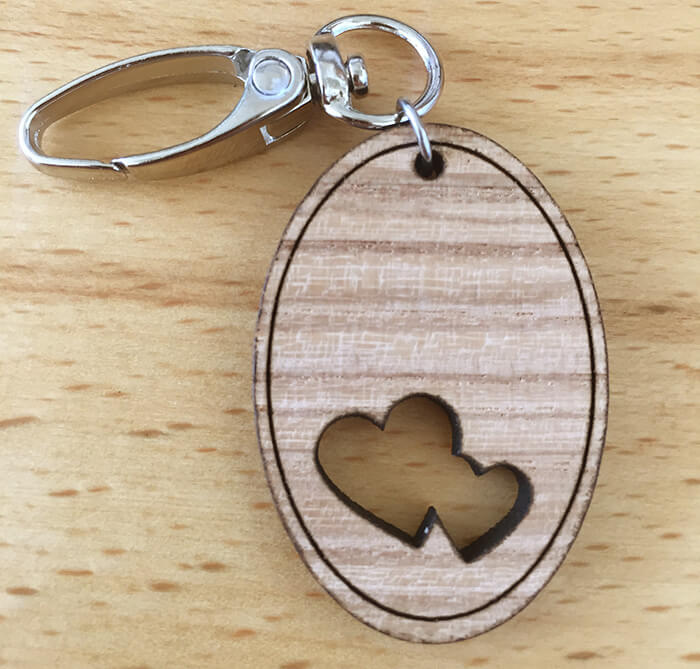 Drevený prívesok na kľúče - Srdiečka