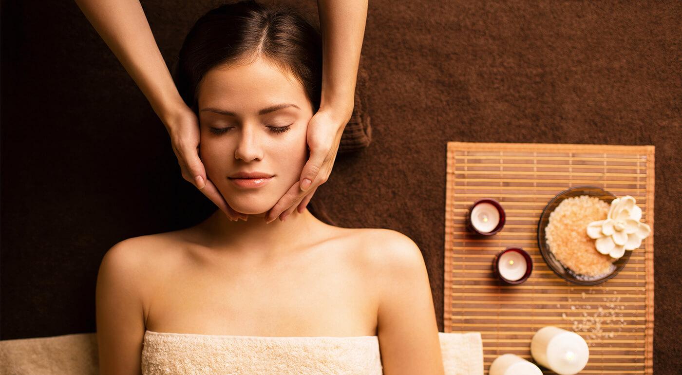 Masáž tváre s rôznymi kozmetickými ošetreniami iba pre dámy