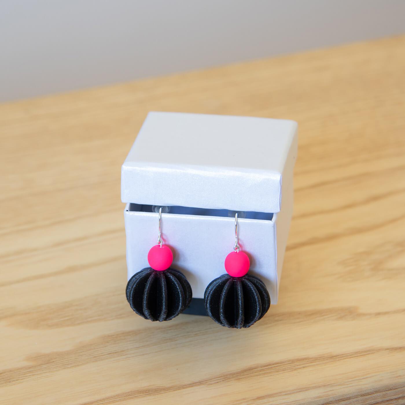 Visiace náušnice Moonica - Pink