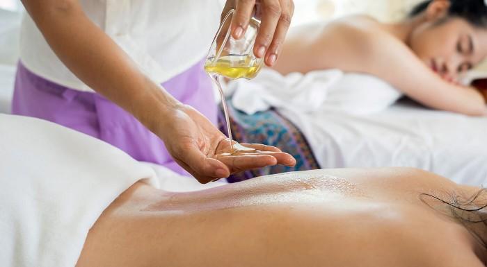 Masáž tváre alebo celého tela ružovým olejom