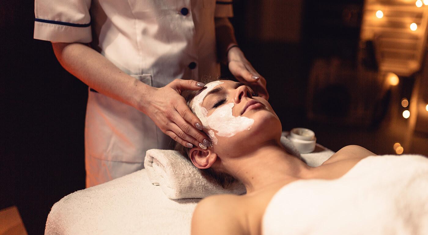 Aromatická masáž pre dámy: 30 alebo 60 minút oddychu aj s peelingom a maskou