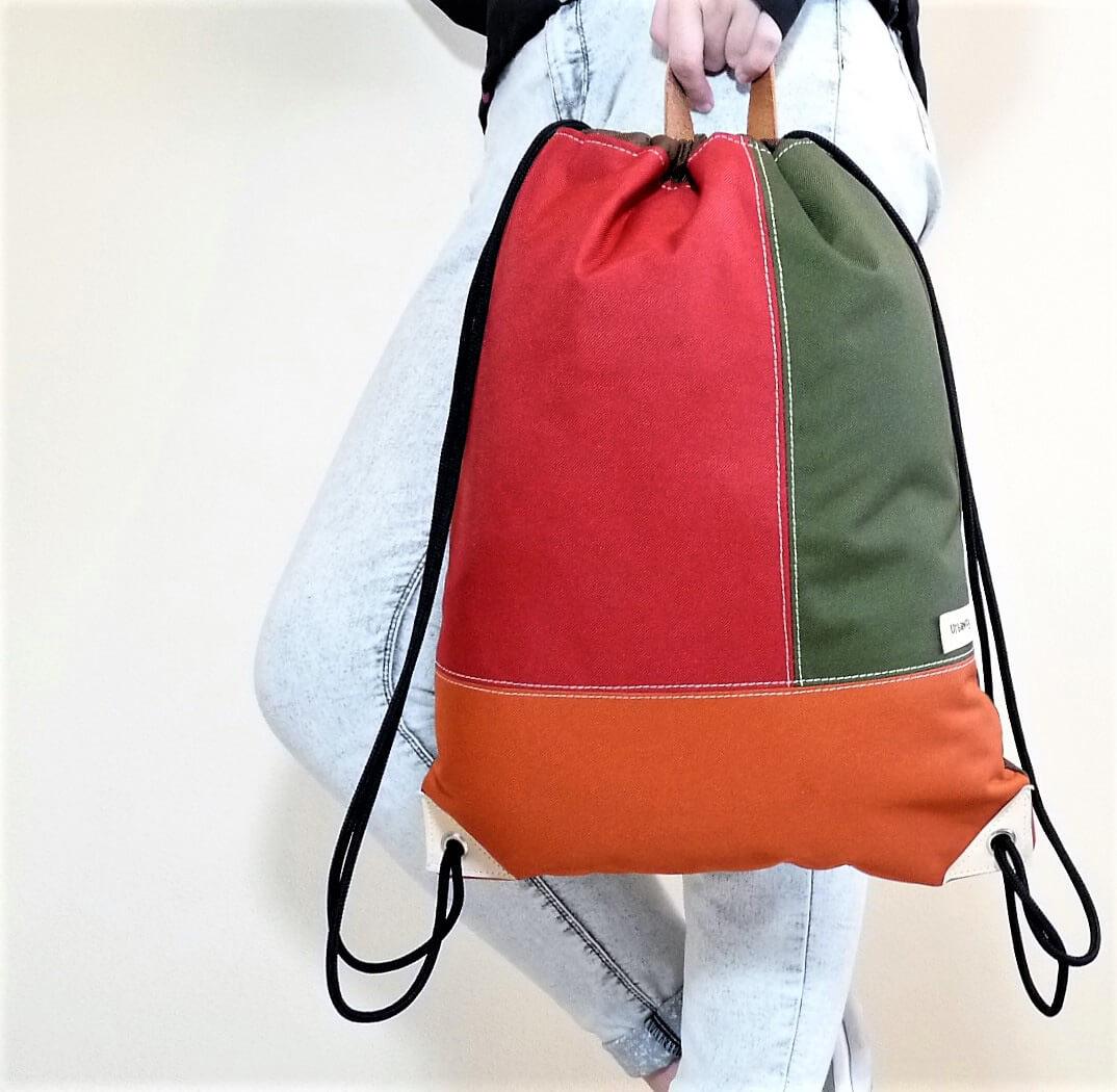 Batoh so šnúrkami - červeno-zeleno-hnedý