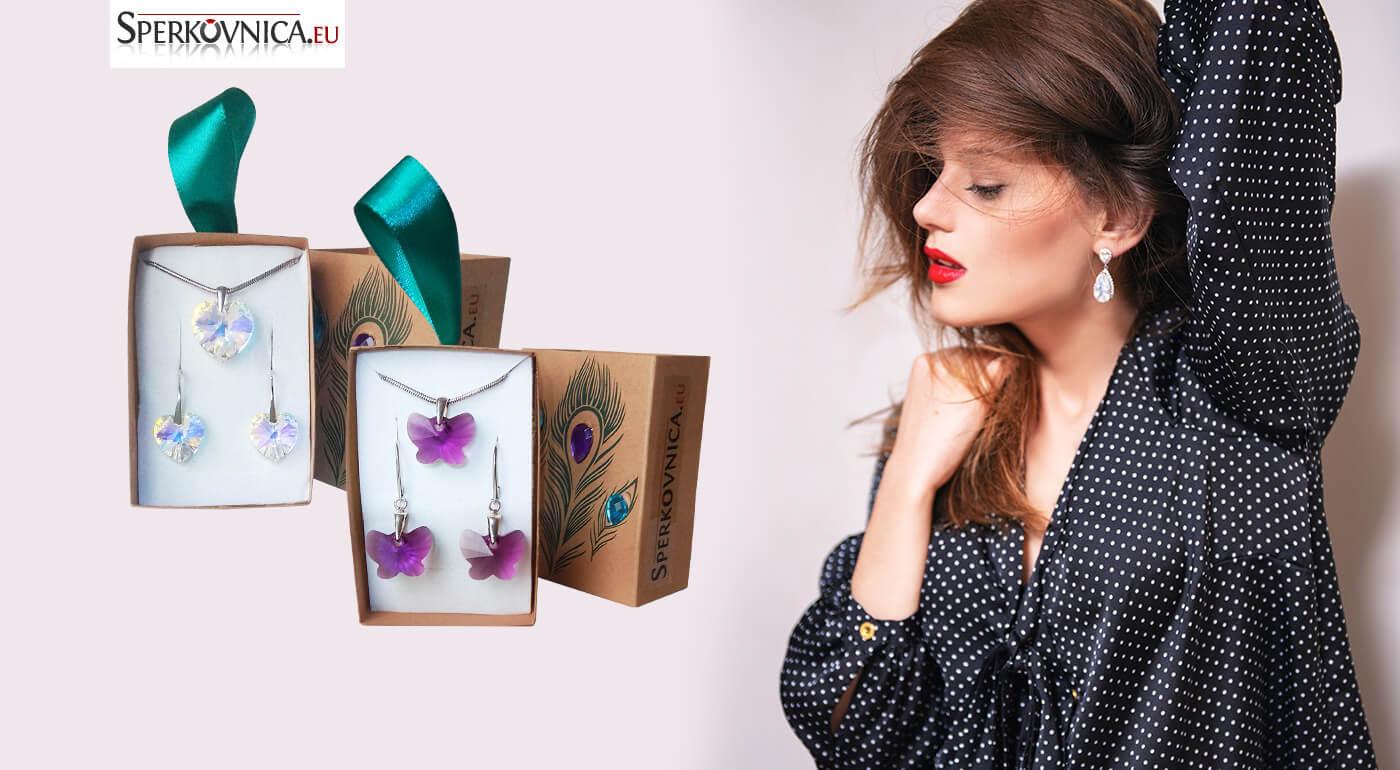Štýl, elegancia a šarm - to sú šperky Swarovski. Ozdobte sa luxusným setom náušníc a prívesku v tvare srdiečok SWAROVSKI. Súprava poslúži vďaka elegantnej krabičke aj ako jedinečný darček.