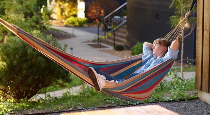 Klasická sieťová hojdačka splní všetky vaše požiadavky na oddych a leňošenie. Zaveste si ju do záhrady, na strom alebo na terasu. Má nosnosť až do 180 kg a je vhodná pre 1 alebo 2 osoby.
