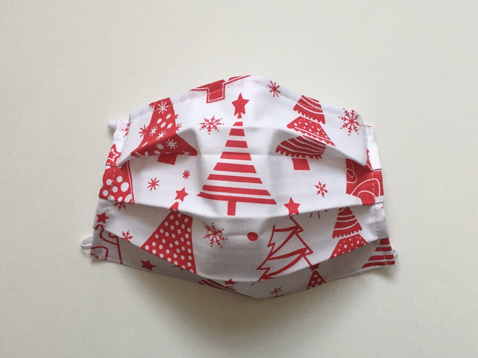 Bavlnené rúško biele s červenými vianočnými stromčekmi