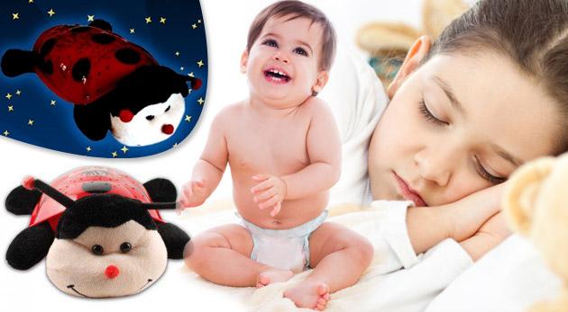 Fotka zľavy: Plyšová svietiaca a hrajúca lienka za 12,49€. Nočná lampička, ktorá premieta súhvezdia a hrá rôzne melódie. Dokonalý darček pre všetky detičky.