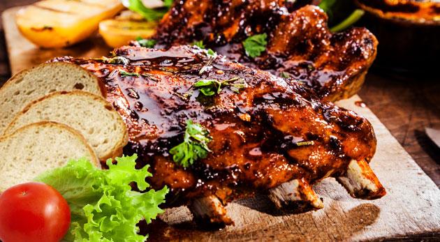 Zamaškrťte si na gurmánskych grilovaných rebrách a krídlach v Dúbravskej pivárni