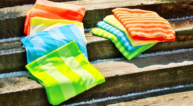 Rýchloschnúca osuška s praktickou taškou z kvalitného mikrovlákna v štyroch pestrých farbách