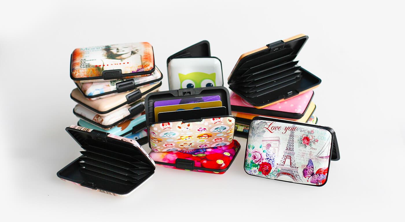 Praktické pevné puzdro na vizitky, karty či doklady ako malý pomocník do každej kabelky či tašky - na výber nové modely vintage a s milými sovičkami!