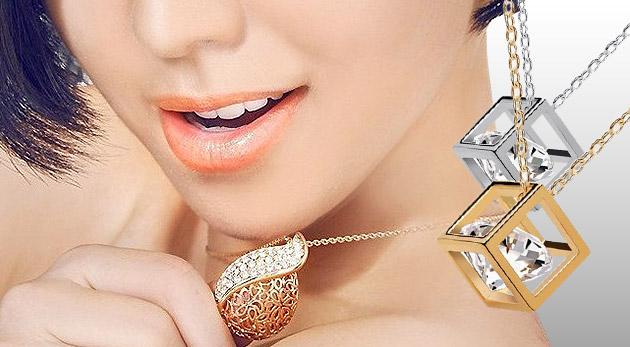Vkusné náhrdelníky pre každú dámu s príveskom v tvare slzy alebo kocky s krištálikom