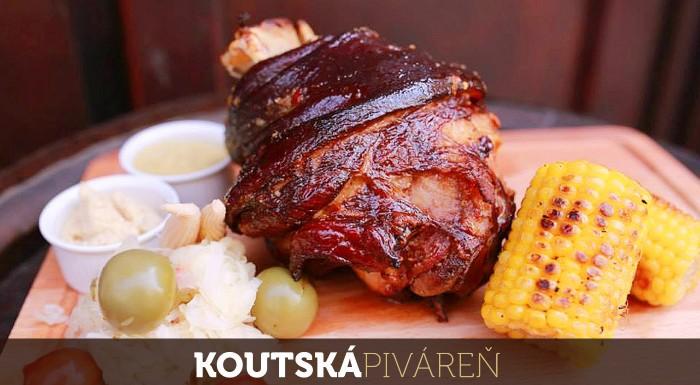 Fotka zľavy: Vychutnajte si 1 kg grilovaných bravčových rebierok alebo 2 kg koleno s prílohou s tradičným českým pivom Kout už od 9,50 € v Koutskej pivárni v bratislavskom Starom Meste.