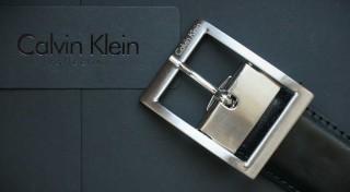 Zľava 63%: Pánsky kožený opasok značky Calvin Klein len za 29,90 €. Elegantný a štýlový doplnok pre každého gentlemana! Možnosť obojstranného nosenia, na výber zo 4 modelov.