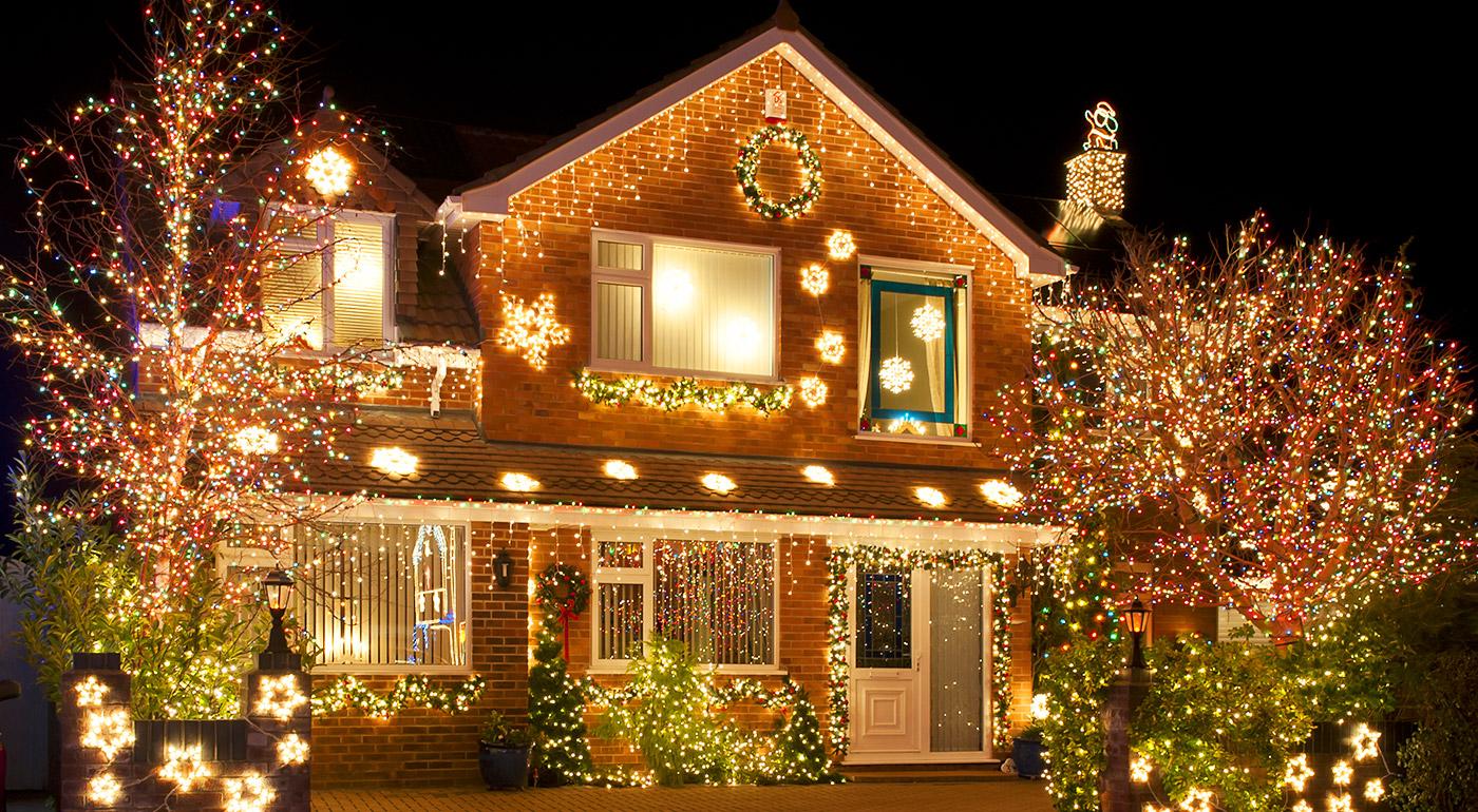 Vianočné ozdobné osvetlenie domu alebo svetelná záclona