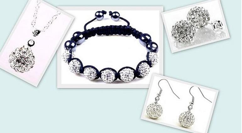 7-dielny set šperkov v bielej farbe: 2 páry náušníc, retiazka s príveskom a náramok v organzovom vrecúšku