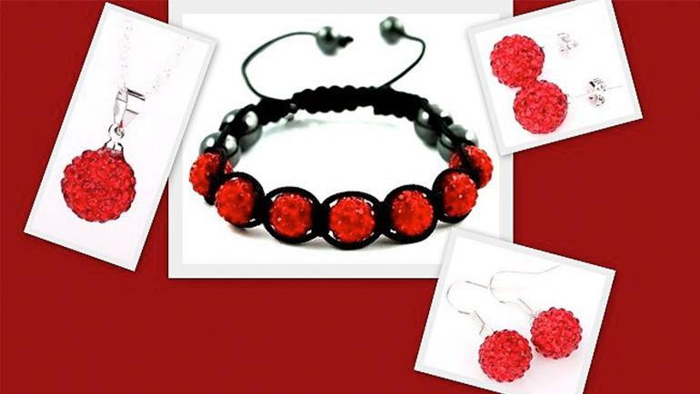 7-dielny set šperkov v červenej farbe: 2 páry náušníc, retiazka s príveskom a náramok v organzovom vrecúšku