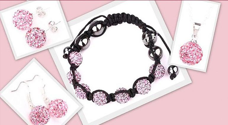 7-dielny set šperkov v ružovej farbe: 2 páry náušníc, retiazka s príveskom a náramok v organzovom vrecúšku