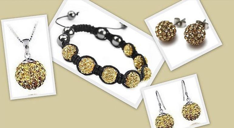 7-dielny set šperkov v zlatej farbe: 2 páry náušníc, retiazka s príveskom a náramok v organzovom vrecúšku