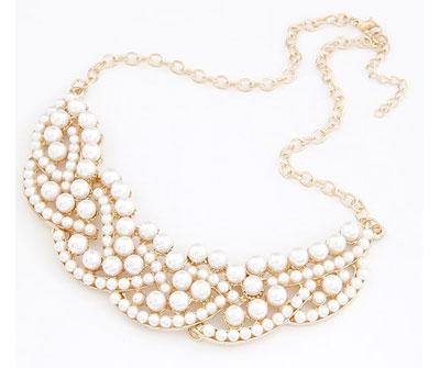 Zlatý náhrdelník vykladaný perlami