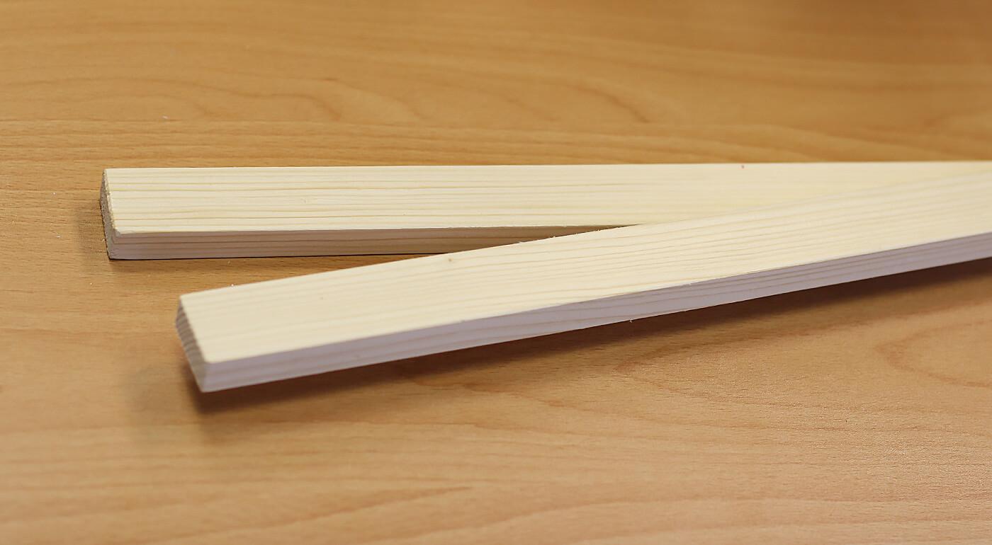 Lišty na zavesenie mapy s háčikom - prírodné drevo bez profilu (dĺžka 85 cm, výška 3 cm a šírka 1,5 cm)