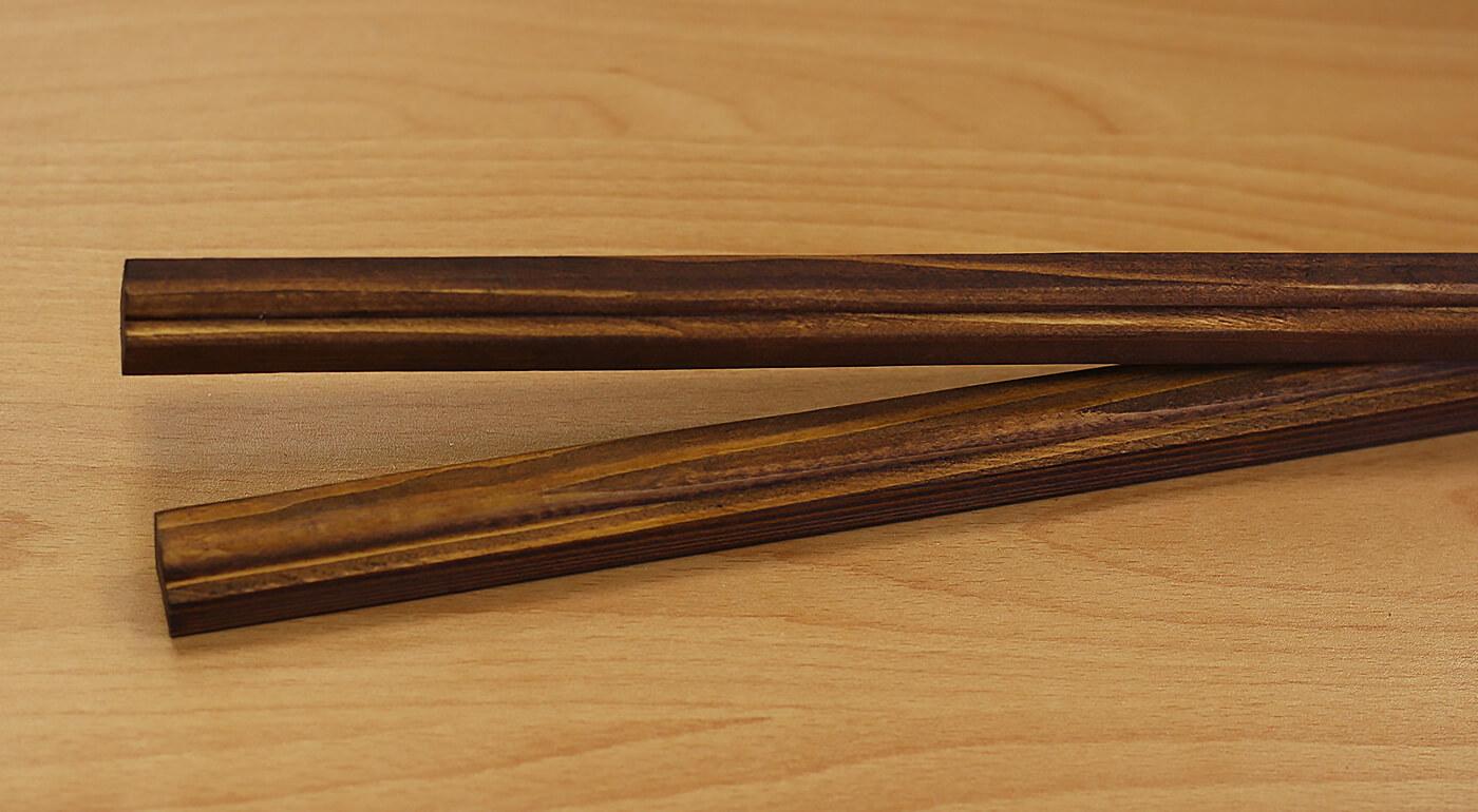 Lišty na zavesenie mapy s háčikom - morené drevo s profilom (dĺžka 85 cm, výška 2 cm a šírka 2 cm)