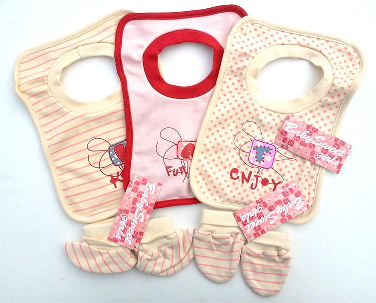 Kojenecký set pre dievčatá BABY KAP : 3 kusy podbradníkov, 1 pár capačiek, 1 pár detských rukavičiek