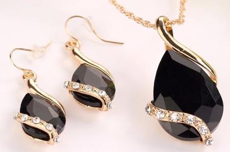 2-dielny set šperkov Tia (prívesok, retiazka, náušnice) - farba: čierna