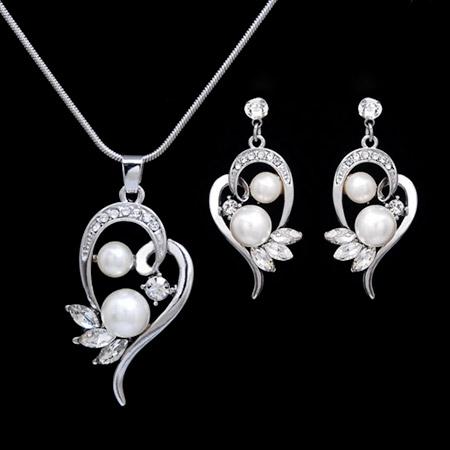 Set šperkov v striebornej farbe s perličkami