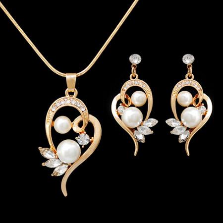 Set šperkov v zlatej farbe s perličkami