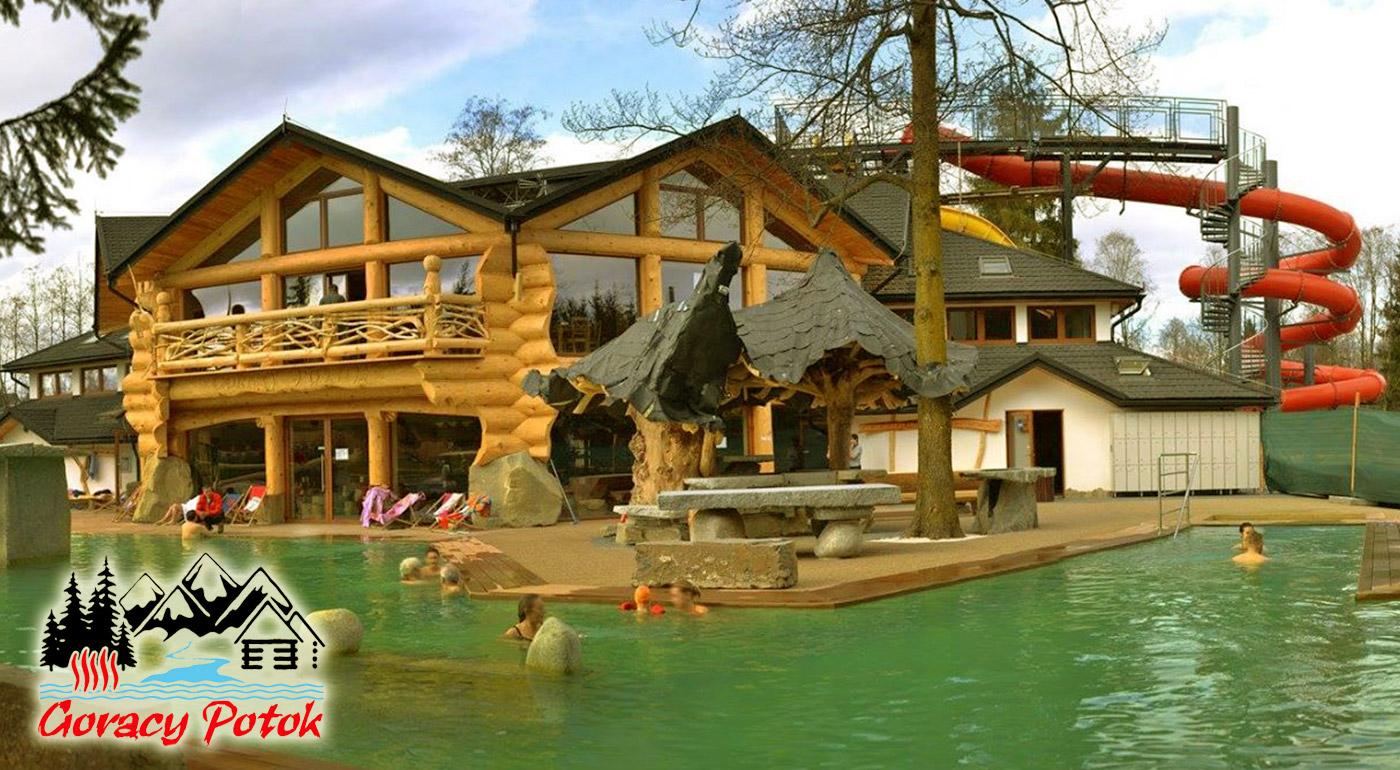 Fotka zľavy: Celodenný vstup pre jednotlivca alebo rodinný lístok do termálnych bazénov Goracy Potok už od 8,90 €! Čaká vás tu viac ako tucet bazénov, šmýkačky či lanový park, ktorý si vaše deti určite zamilujú!