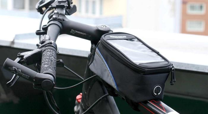 """Fotka zľavy: Majte váš smartón v bezpečí a pod dohľadom aj pri bicyklovaní. Do praktického puzdra odložíte všetky """"potrebné"""" veci a vďaka priehľadnej fólii môžete váš telefón využiť ako pohodlnú navigáciu."""