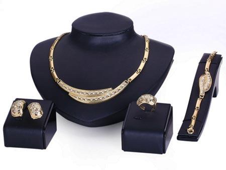4-dielny set šperkov Corinthia (náhrdelník, náramok, náušnice, prsteň)
