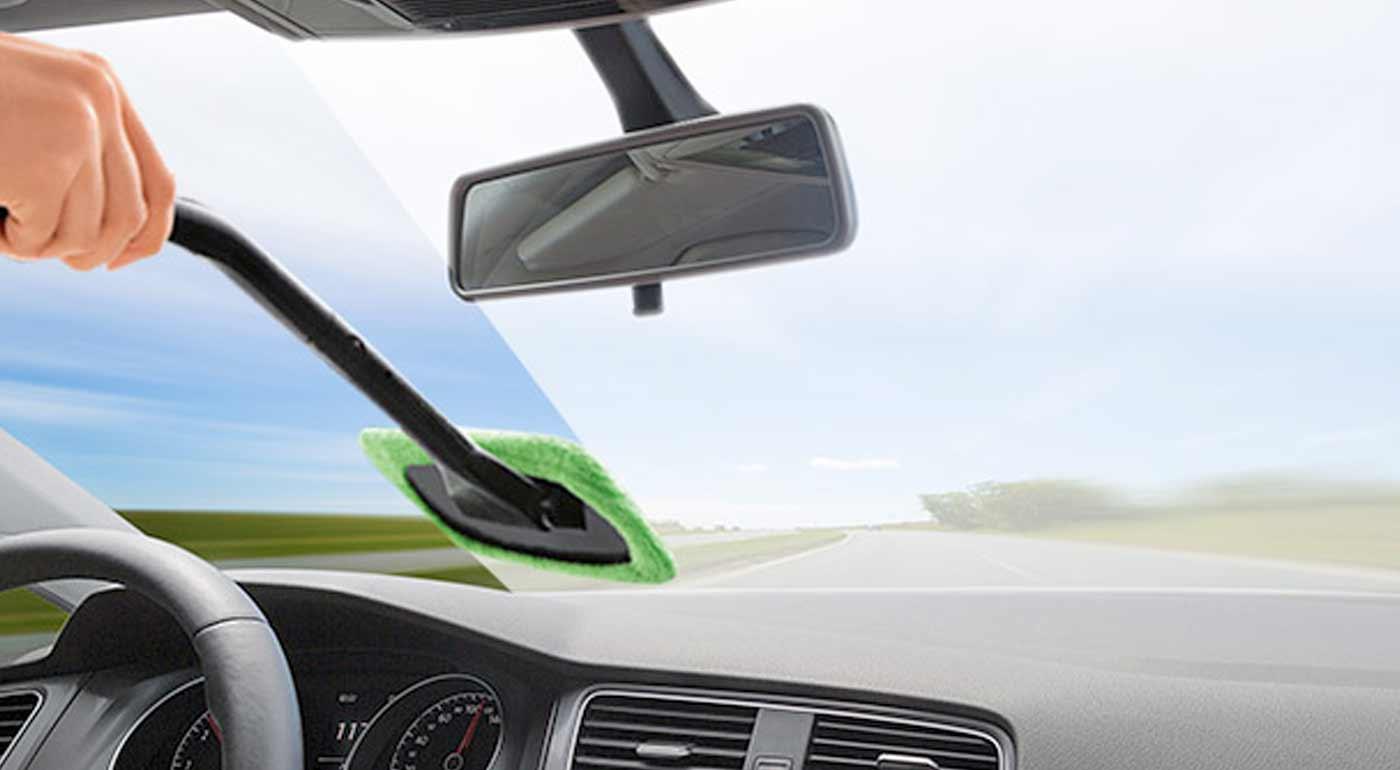 Fotka zľavy: Praktická čistiaca stierka Windshield Wonder pre rýchle a efektívne čistenie zahmleného či zaroseného predného skla auta.