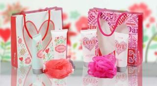 Zľava 35%: Potešte vašich blízkych voňavým balíčkom. Telové mlieko, sprchový gél a hubka na umývanie v darčekovom balení urobí radosť každej dáme.